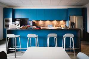 ARITHNEA am Standort Dortmund - die nagelneue Küche mit Kaffeeautomat, Getränkespender und viel Platz